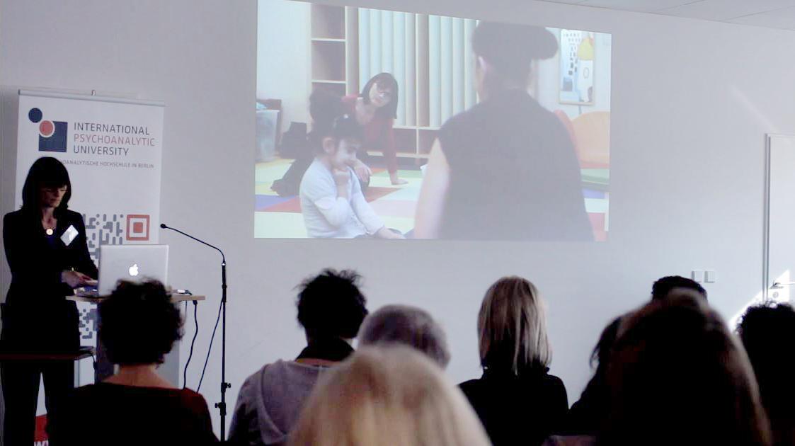 Eingebettet in ihren Vortrag, präsentiert Ulla Stegemann unseren Wissenschaftsfilm auf einer Fachtagung